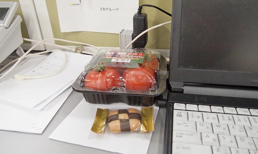 パソコン横のトマト